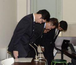 伊方原発でトラブルが相次いでいることを謝罪する四国電力の渡部浩・原子力本部付部長(左)ら=25日午後10時40分ごろ、愛媛県庁