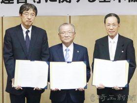 済生会新病院建設で基本協定を締結した(左から)長原光院長、大橋良一市長、原沢茂支部長=加須市役所(提供)