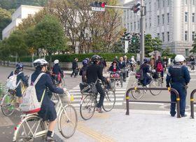 2015年、松山市内で自転車通学、通勤する人たち