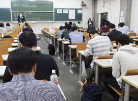 予備試験に臨む受験者=20日午前、東京都新宿区