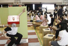 村田製作所が小学校の体育館で実施したプログラミングの出前授業=16日、京都府長岡京市