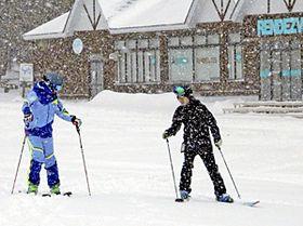 初滑りを楽しむスキーヤーら=あだたら高原スキー場