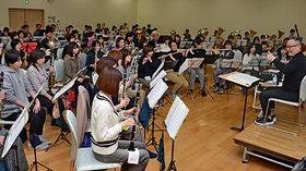 合同練習に取り組む4社会人吹奏楽団の団員たち