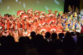 元気いっぱいの乱舞を繰り広げる子どもたち=徳島市の阿波おどり会館