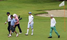 ゴルフを楽しむ安倍首相(右から2人目)。右端は小泉元首相、左端から麻生財務相、茂木経済再生相=16日午後、山梨県富士河口湖町のゴルフ場