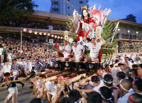 博多祇園山笠の「追い山」で、櫛田神社の境内を駆け抜ける「恵比須流」の舁き山=15日早朝、福岡市博多区