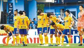 磐田相手に0-2と完敗し、試合終了後、がっくりとうなだれる仙台イレブン(小林一成撮影)