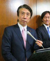 閣議後、記者会見する斎藤農相=23日午前、国会