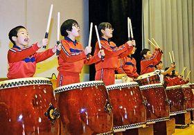 蔵木中学校の閉校記念行事に向け、和太鼓演奏の練習を重ねる蔵木小の児童たち