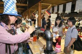 ドイツ産ビールなどのブースが並んだ「アオーレ! ドイツフェスト」=17日、長岡市のアオーレ長岡