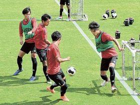練習で汗を流すホンダFCの選手たち=18日、浜松市北区都田町