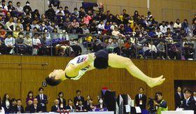 豊田国際体操競技大会が開幕し、世界の技を見つめる観客らでにぎわう会場=豊田市のスカイホール豊田で