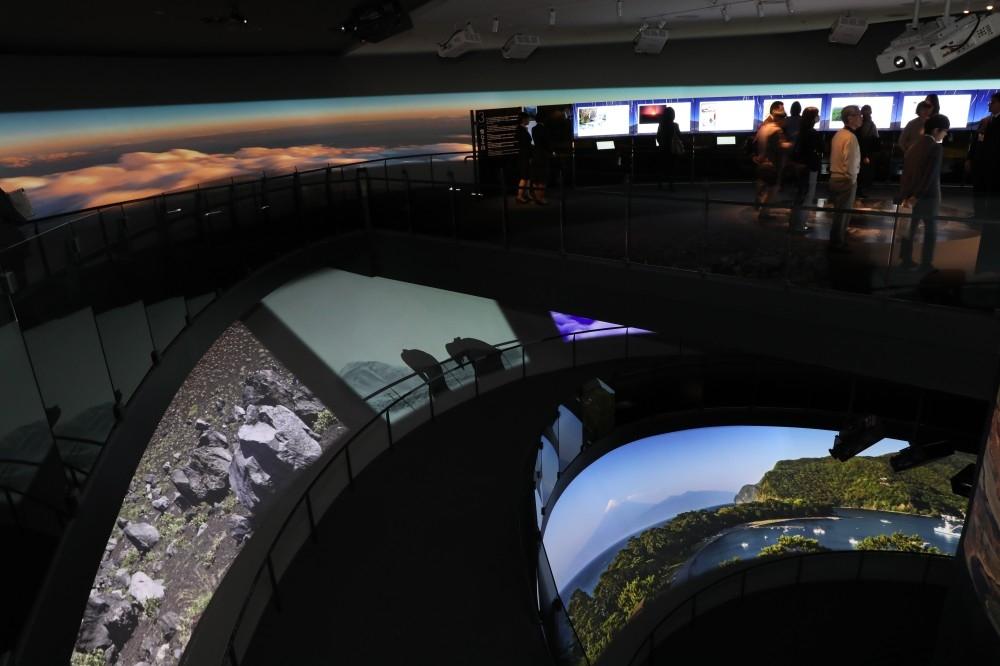 富士登山道の風景が投影された壁面④