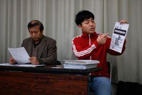 【合同出張相談会での対応を批判するユニオンみえのメンバー=三重県庁で】