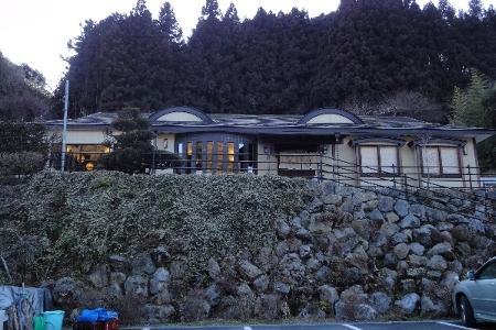 ■石垣を組んだ高台にある「さとや」。県内ばかりでなく関東一円からそば好きが訪ねる