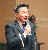群馬県伊勢崎市内の会合で講演する立憲民主党の福山幹事長=17日午後