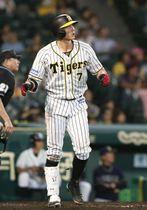 9回阪神無死、糸井が左中間に同点本塁打を放つ=甲子園