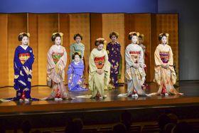舞踊公演「夢舞台~こころときめく舞妓たち~」で舞台に並ぶ京都・五花街の舞妓=23日午後、京都市の先斗町歌舞練場