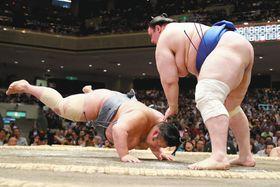 はたき込みで碧山に敗れた貴景勝(左)