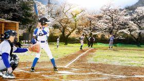 高齢者ソフトボールチームとの親善試合に臨んだマドンナジュニア愛媛の選手(左から2人目)ら