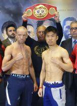 IBFスーパーバンタム級タイトルマッチの前日計量をパスした高橋竜平(右)と王者のドヘニー=ニューヨーク(共同)