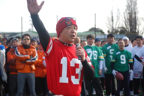 選手宣誓を務める、日大ーレナウンで活躍した名QBの松岡さん=3日、川崎球場