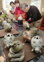 イノシシにちなんだ陶器が並ぶ会場