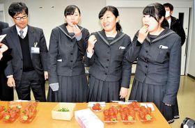 イチゴを試食して審査する県立秩父農工科学高校の生徒ら=16日、秩父市日野田町の県秩父農林振興センター
