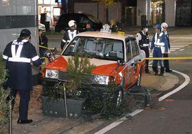車と衝突した弾みで歩道に乗り上げたタクシー。歩行者が巻き込まれた=8日午後7時20分、福岡市中央区