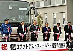 テープカットで運行開始を祝った遠藤社長(右から3人目)ら