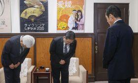 愛媛県庁を訪れ、中村時広知事(右)に謝罪する四国電力の長井啓介社長(中央)ら=27日