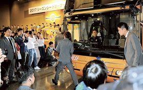 会場に乗り入れたバスから降り、登壇するJ1清水の松原選手(右)ら=静岡市清水区の清水マリンビル