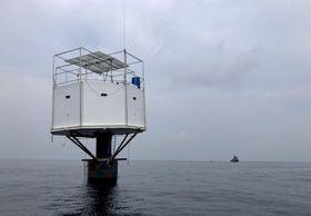 13日、タイ南部プーケット沖に浮かぶ「浮遊住居」(タイ海軍提供、AP=共同)