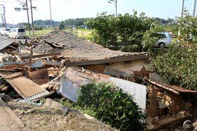 乗用車が突っ込んだ後、倒壊した民家(福山市柳津町、15日午前9時14分)