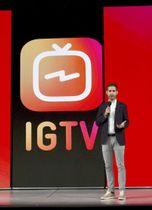 動画専用アプリ「IGTV」を発表するインスタグラムのケビン・シストロム最高経営責任者(CEO)=20日、米サンフランシスコ(共同)