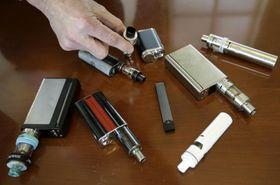 米東部マサチューセッツ州の高校で、生徒から没収された電子たばこ=2018年4月(AP=共同)
