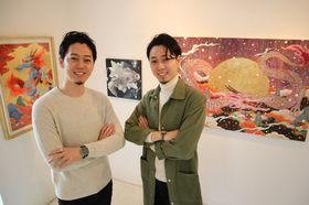 双子展を開いている兄の辻本健輝さん(左)と弟のツジモトコウキさん=長崎市、ギャラリーエム