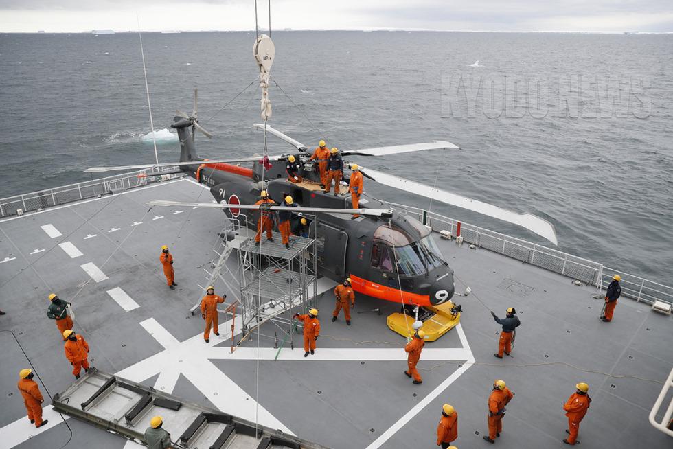 プロペラを外される海自の輸送ヘリ。