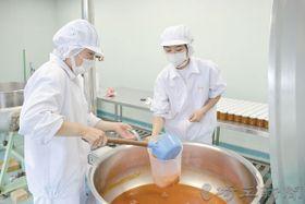 「第3のみつ」製造過程でミツバチに与える蜜源を野菜から作る秩父農工科学高の生徒たち(県提供)