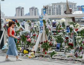 20日、アスタナの川沿いにささげられたテン選手を追悼する花(タス=共同)