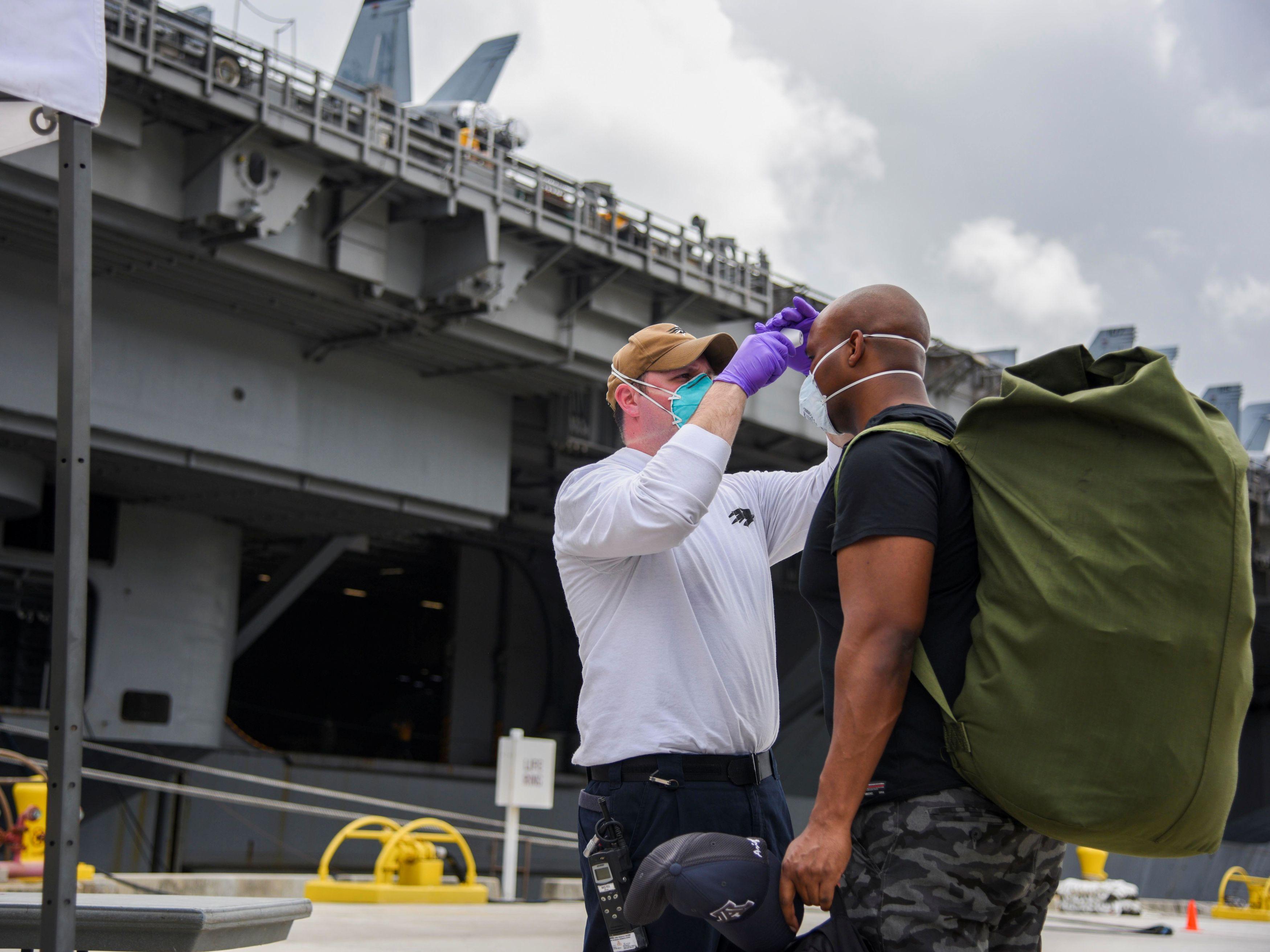 米領グアムで原子力空母セオドア・ルーズベルトに乗り込む準備をする兵士=1日(米海軍提供、ロイター=共同)