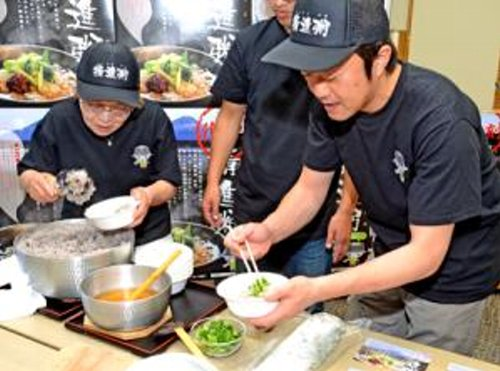 ■精進粥を盛り付ける協議会メンバー=富士河口湖町役場