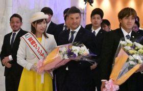 地元の関係者から花束を受け取る徳島のロドリゲス監督(中央)ら=宮崎市の宮崎観光ホテル