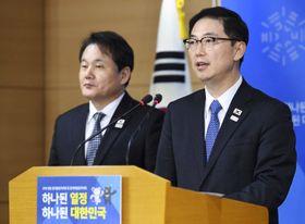 南北次官級協議の内容について説明する韓国統一省の千海成次官(右)=17日、ソウル(共同)
