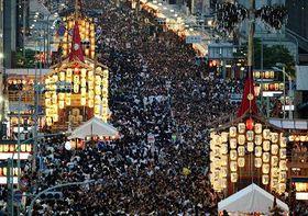 京都・祇園祭の「山鉾巡行」を翌日に控えた「宵山」=16日夕、京都市