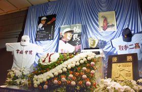 木内幸男さんの通夜会場に展示されたユニホームや写真=2日、茨城県取手市