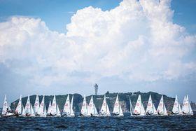 昨年夏に江の島沖で開かれた470級ジュニア世界選手権大会(Sailing'sWorldCupSeriesEnoshima2018(C)JUNICHIHIRAI/BULKHEADmagazineJAPAN提供)