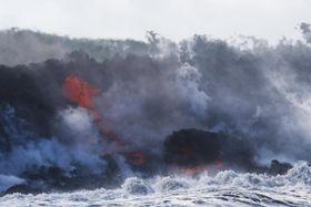 20日、米ハワイ島で、海に流れ込むキラウエア火山噴火による溶岩流(AP=共同)
