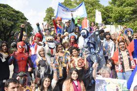 24日、インド南部ベンガルールで開かれた「コスプレウオーク」で、思い思いの衣装を身に着けた参加者ら(共同)
