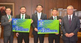 加藤市長を訪問した古川社長(左端)、間宮アンバサダー(右端)、高橋選手(右から2人目)ら湘南ベルマーレフットサルクラブの関係者=小田原市役所